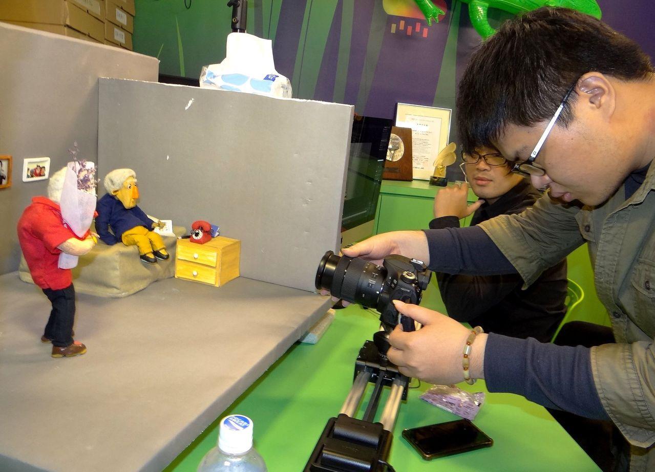 正修科大數位系老師謝珮雯和「旋轉犀牛」原創工作室合作的作品,獲第55屆金馬奬最佳...