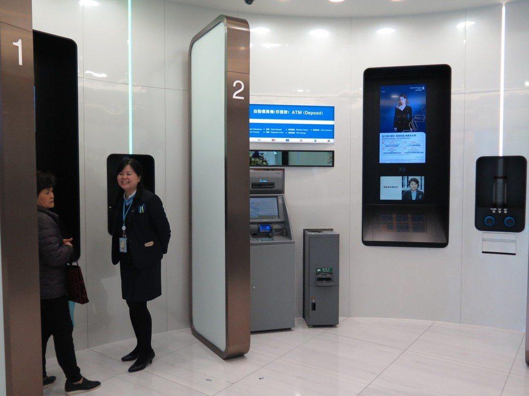 渣打iWealth Centre數位旗艦分行,分行的「遠端智能櫃員區」導入首創的...