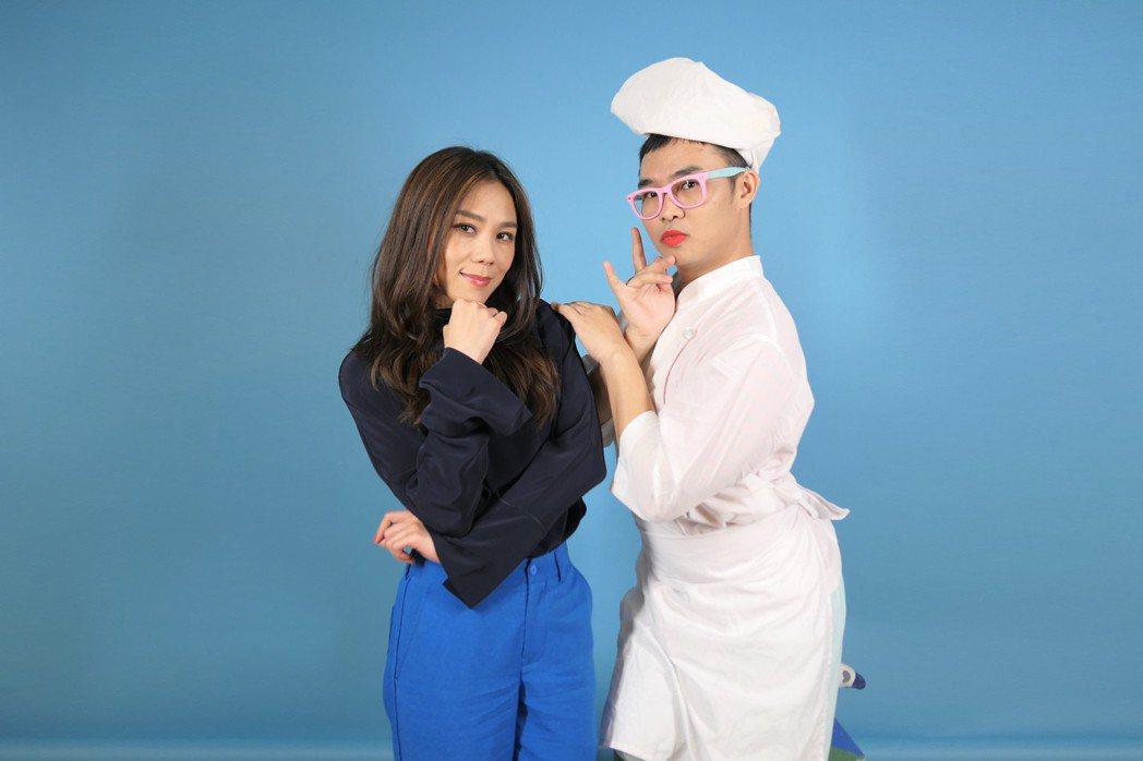 蔡健雅(左)接受「Tina那那大師」訪問。圖/環球提供