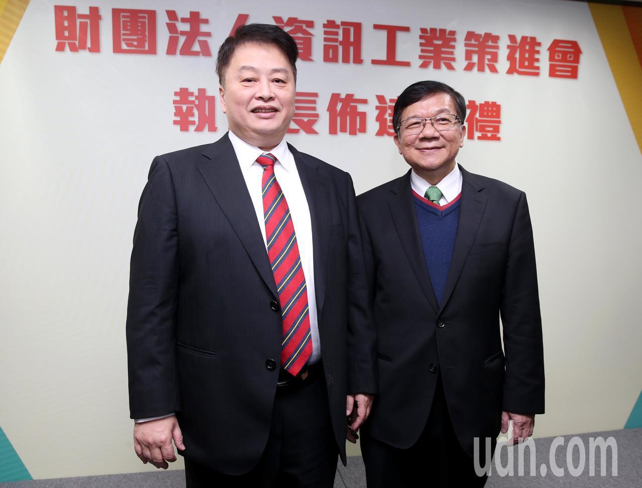資策會下午舉行布達典禮,執行長卓政宏(左)正式布達,資策會董事長李世光(右)也親...
