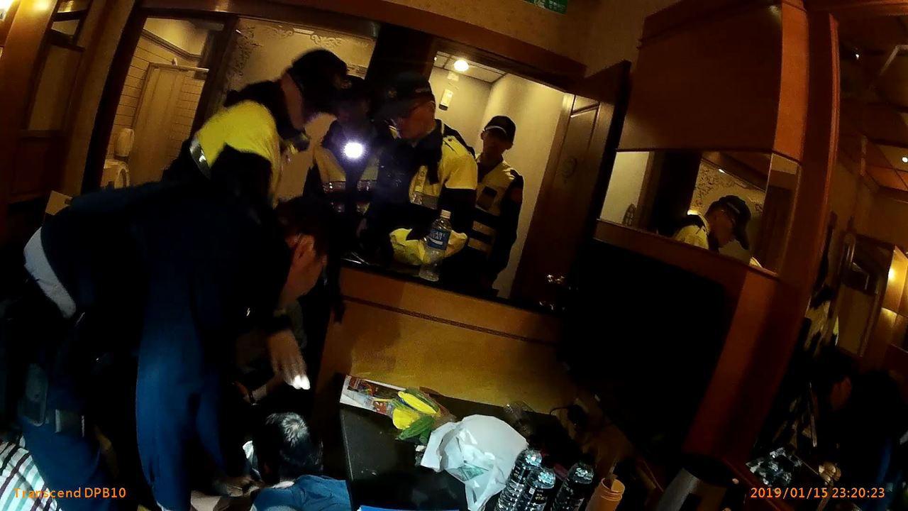 桃園市大溪警分局啟動「安居緝毒計畫」,於汽車旅館中查獲3人吸食愷他命,且其中1男...