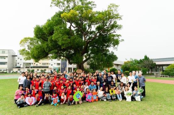 台灣好基金會、信邦電子與興隆國小,在台灣第一大校樹下合影留念。 圖/信邦提供