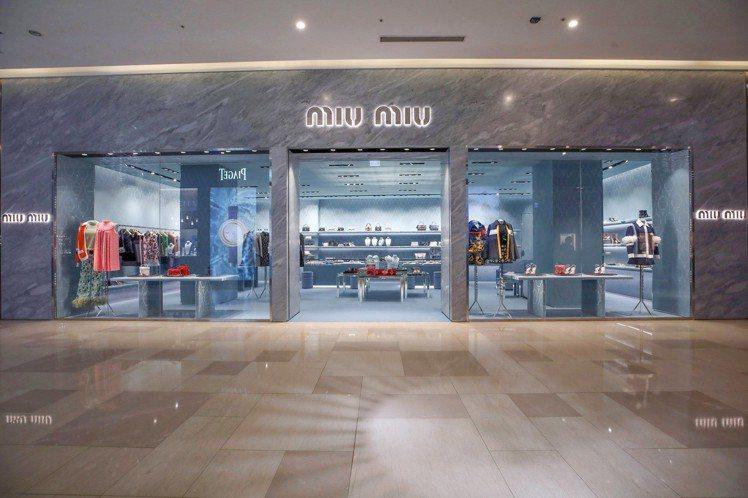 MIU MIU於台中大遠百的專門店盛大開幕,外觀特別以優雅的Bardiglio銀...