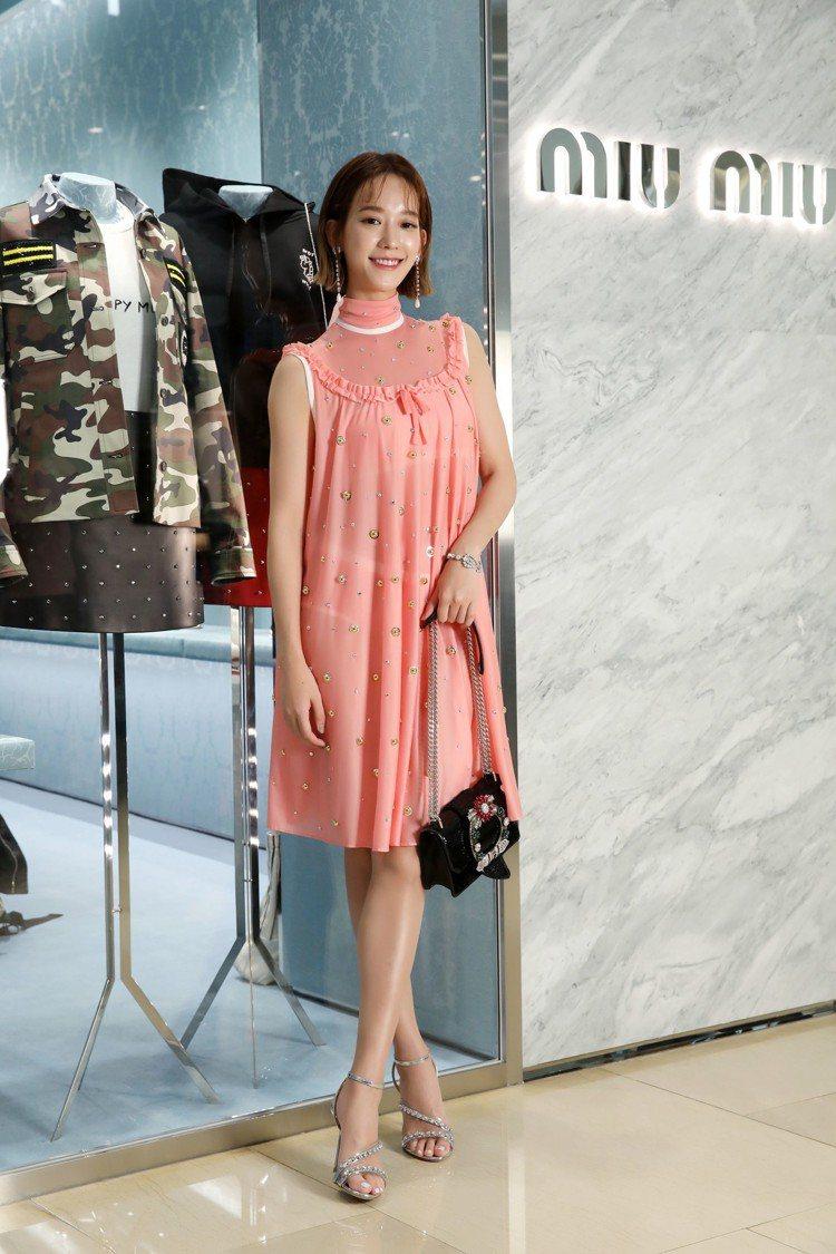 孟耿如穿MIU MIU早春系列粉色鑲飾寶石洋裝13萬5,000元,粉色內搭上衣4...