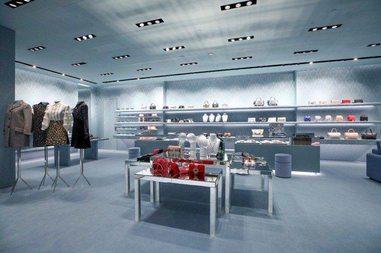 約60坪的MIU MIU台中專門店的內部空間從天花板延伸至地毯,以天藍色錦緞取代...