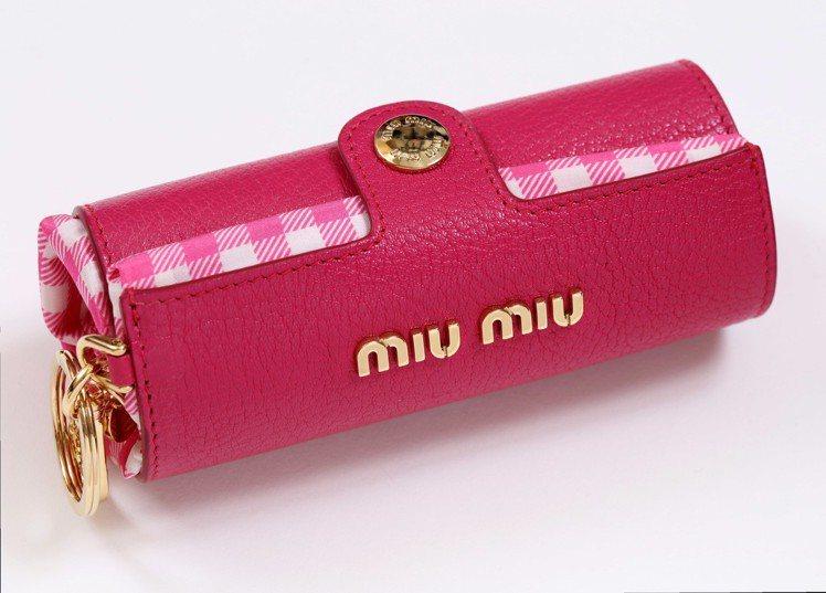 全球獨家限量粉色格紋異材質拼接多功能吊飾12,500元。圖/MIU MIU提供