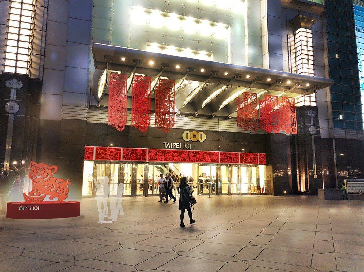 台北101購物中心今年以豬為主題進行整館裝置藝術,全館總計有101隻吉祥豬,商場...
