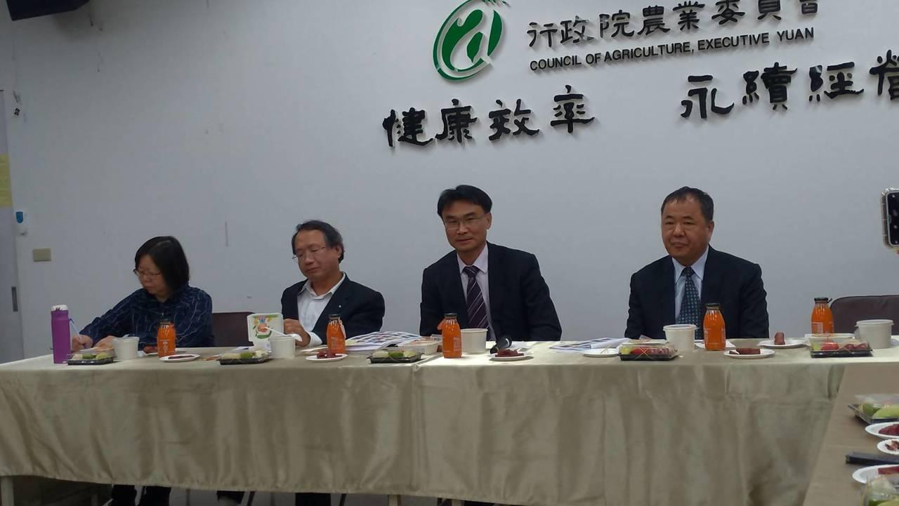 農委會主委陳吉仲(右二)期待北農董事會通過總經理人事案。記者董俞佳/攝影