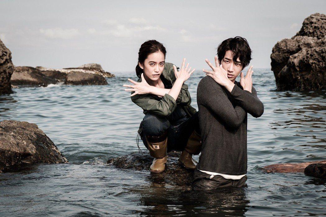 劉以豪(右)、陳庭妮海中搞怪擺POSE。圖/歐銻銻娛樂提供