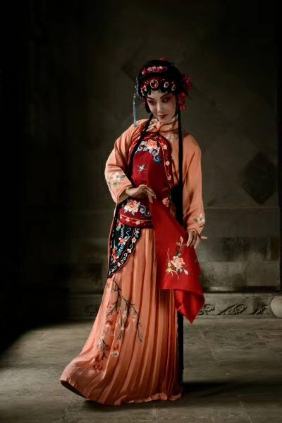 新編崑劇「潘金蓮」從女性的觀點來看女人,對潘的身世作細膩描寫,讓觀眾理解她為何成...