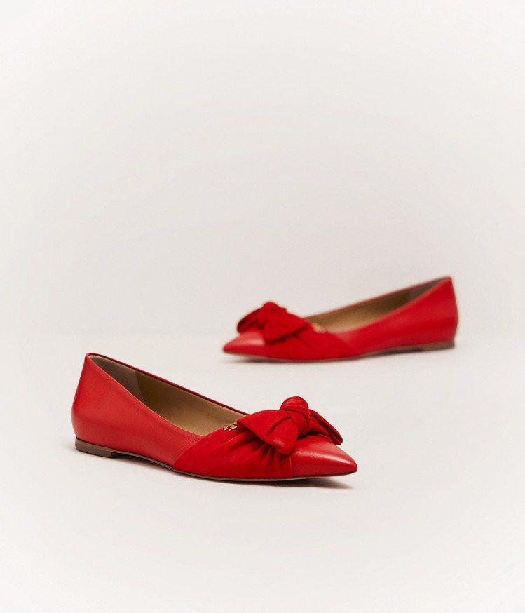 硃砂紅蝴蝶結尖頭平底鞋,12,900元。圖/Tory Burch提供