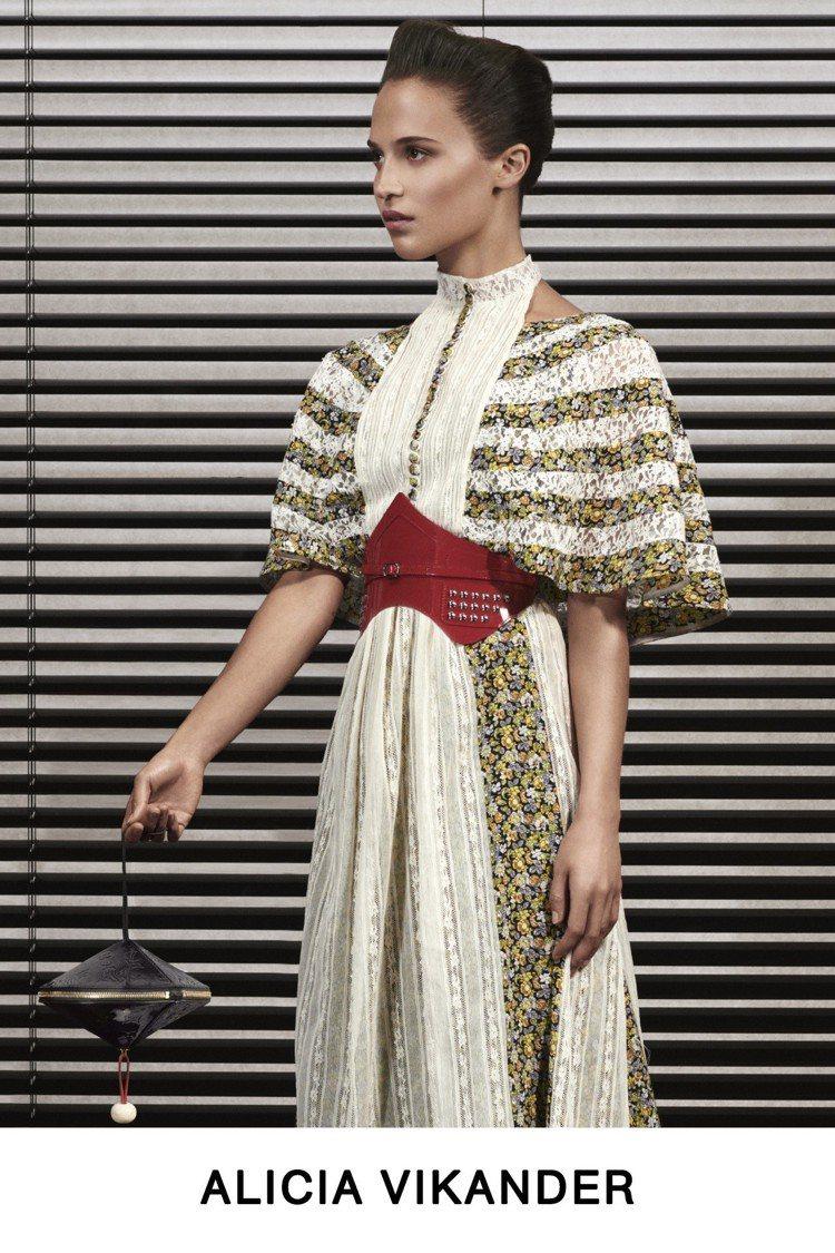 艾莉西亞薇坎德的裙裝展現女裝藝術總監喜愛花心思的細節,包括領飾、袖身輪廓與腰帶。...