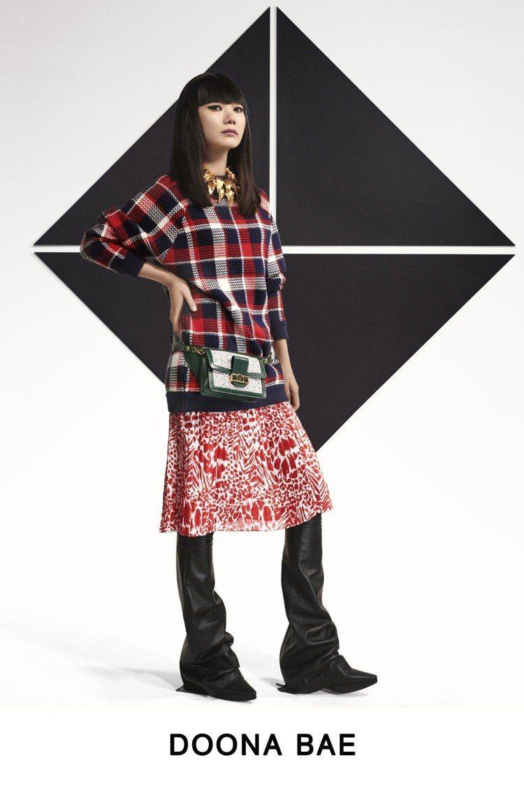 裴斗娜將長版衫、裙裝搭襯皮褲穿出強烈的個人風味。圖/LV提供