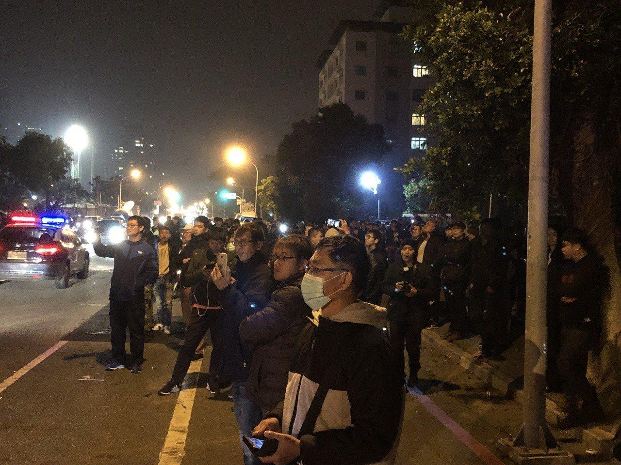 台南地檢署前仍聚集大批民眾在現場關切。記者邵心杰/攝影