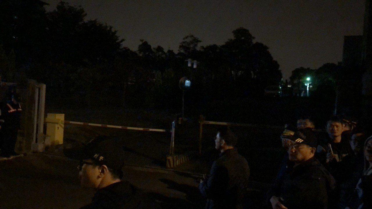 民眾持續在南檢車道前守候,一有車輛從車道出來,都會民眾引發一陣鼓噪。記者邵心杰/...