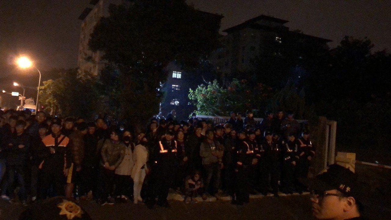來自各地民眾從下午開始集結,人潮一波又一波來來去去,台南警方調派大批警員到場維持...