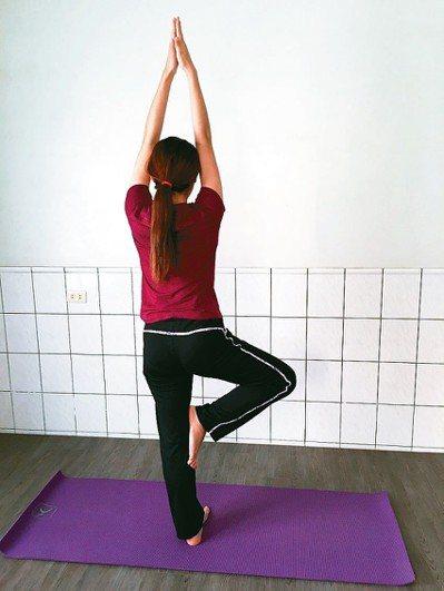 瑜伽是包含身心靈平衡的自我伸展,每次伸展都在與身體對話及協調,當思緒平靜,專注吸...