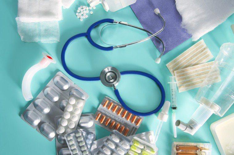 發燒為身體對抗疾病的反應,屬於正常的免疫機制,當人體受到病毒、細菌等外來物質感染...