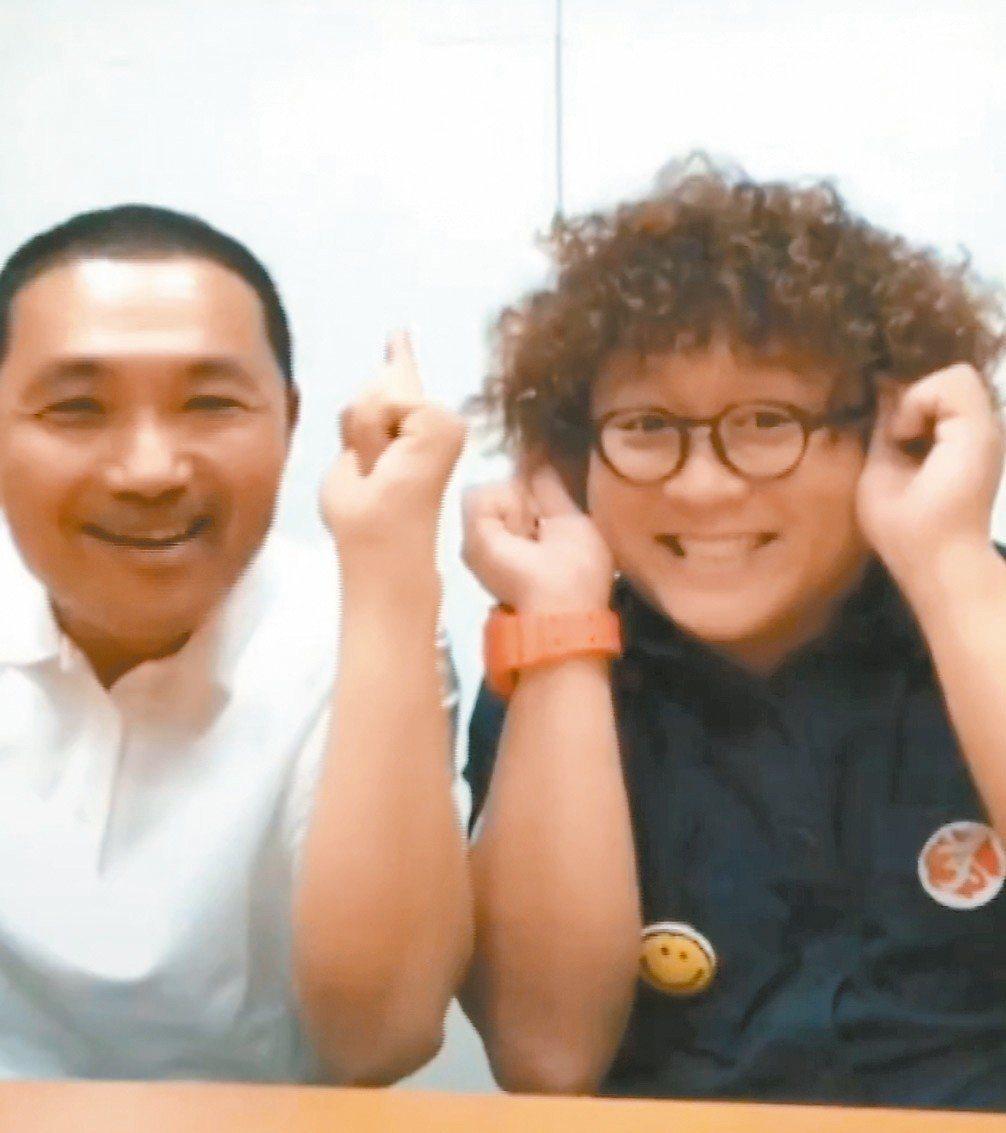 參選新北市長的侯友宜(左)與外甥納豆大玩抖音「學豬叫」。 (取自網路)