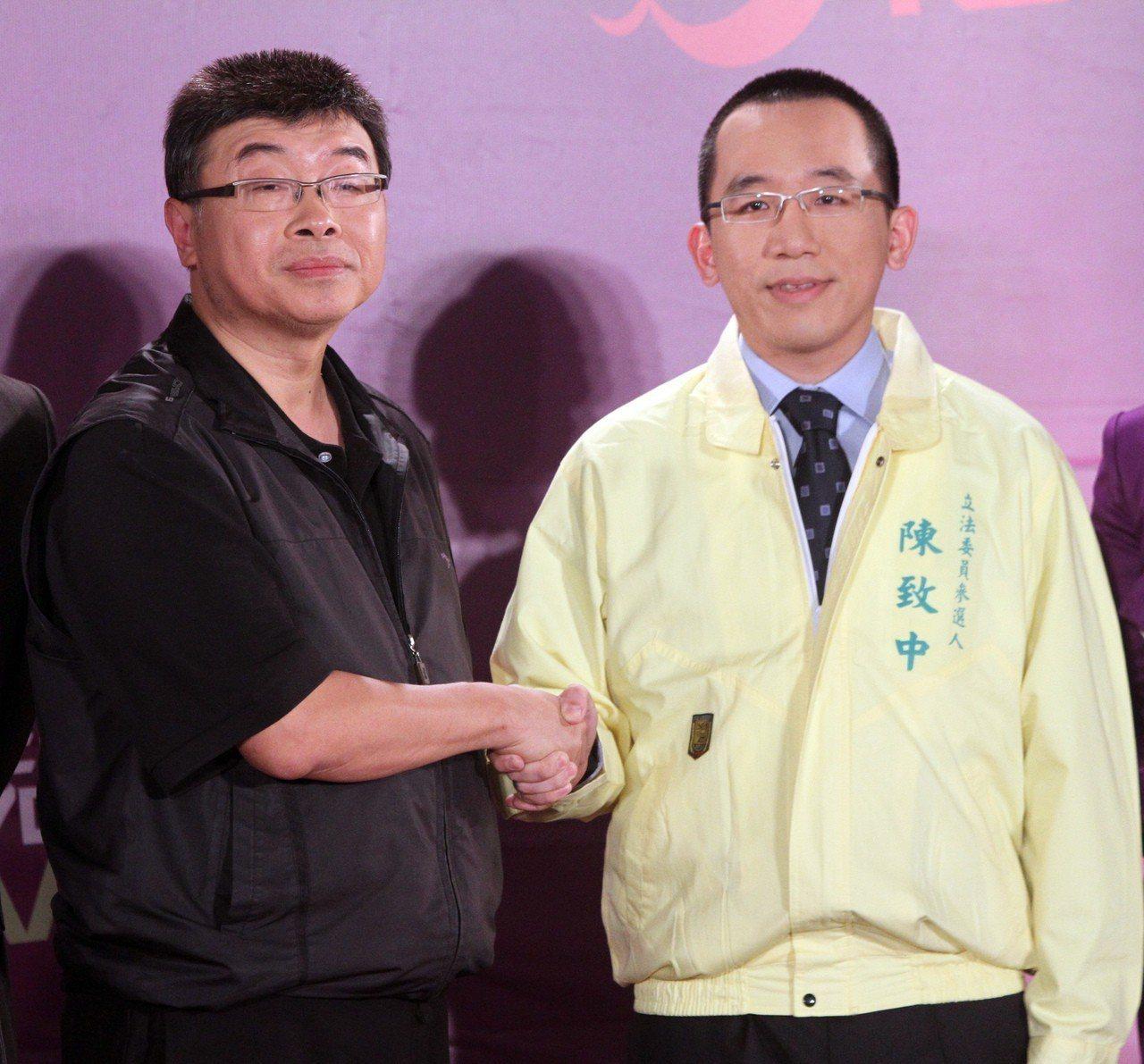 參選立委的邱毅(左)與陳致中辯論前,兩人先禮貌性握手。圖/聯合報系資料照片