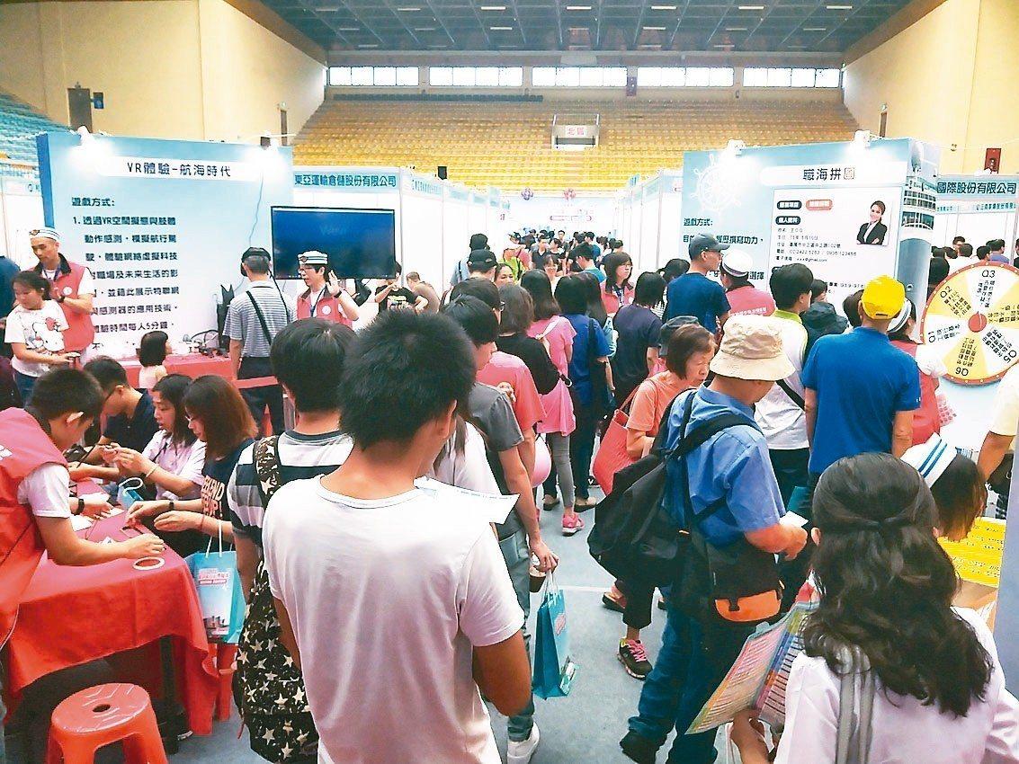 勞動部規劃自2月起舉辦就業博覽會,為去年就業博覽會現場狀況。 圖╱聯合報系資料照...