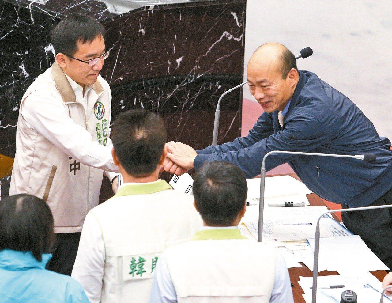 高雄市長韓國瑜(右)今天上午首度進議會接受質詢,並與民進黨議員陳致中(左)握手。...