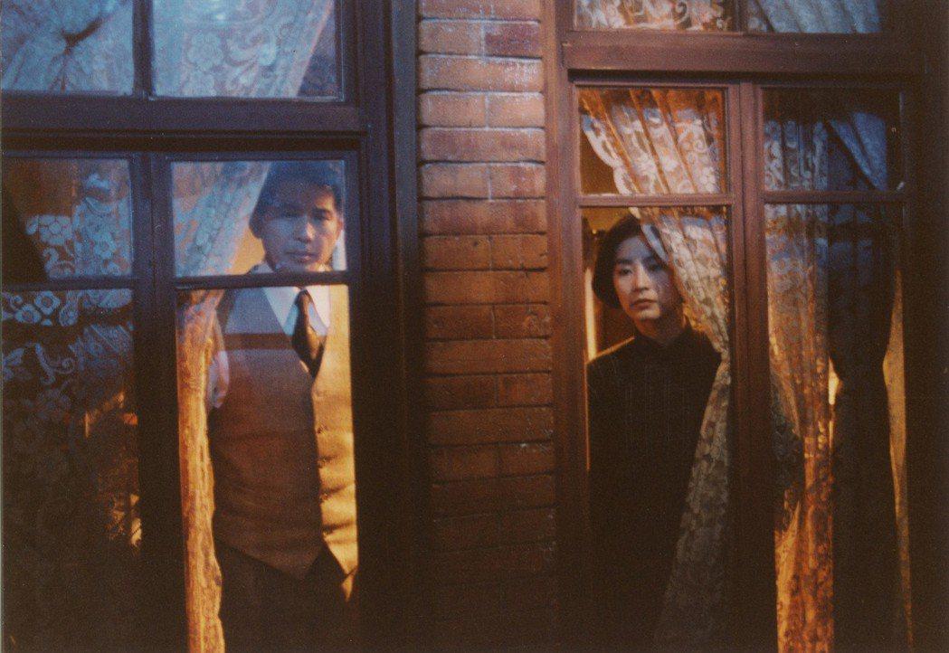 由演員林青霞(右)、秦漢(左)、張曼玉主演,當年被萬千少女封為「必看愛情神片」的...