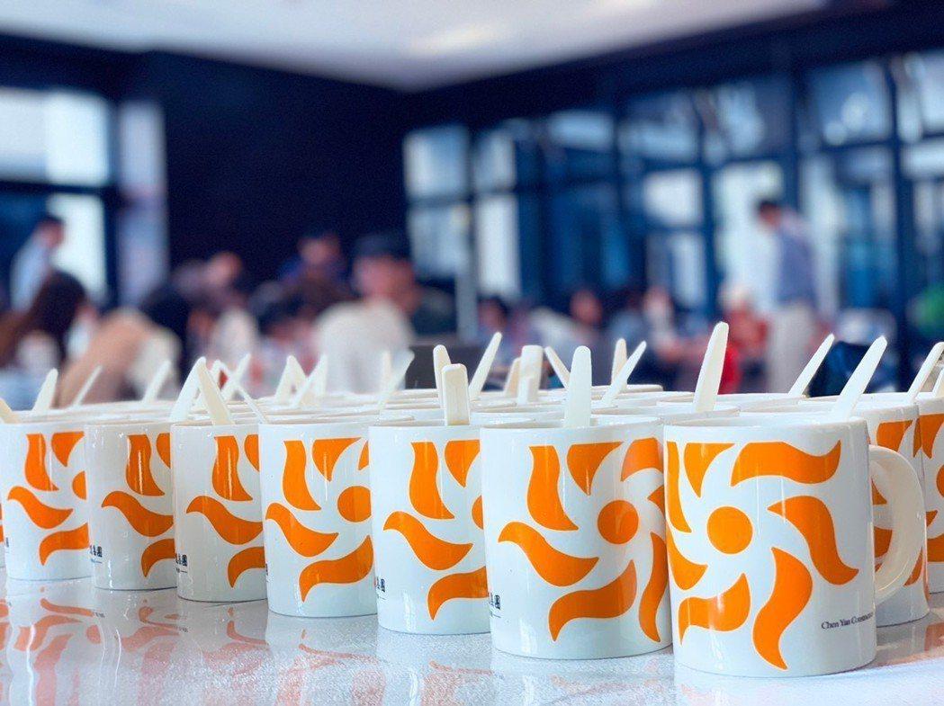 活動不用紙杯,全部都是有城揚LOGO的馬克杯,裡面裝著全部自製,健康又衛生的飲料...
