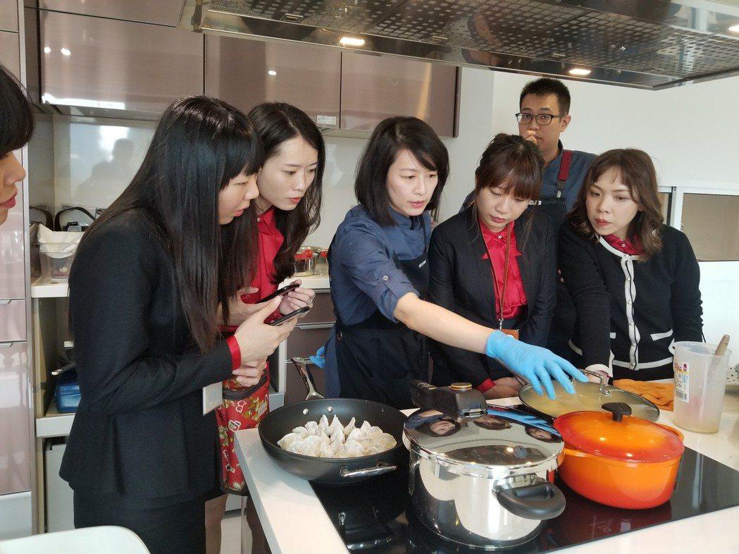 城揚小天使在活動前先針對廚具來一場教育訓練。