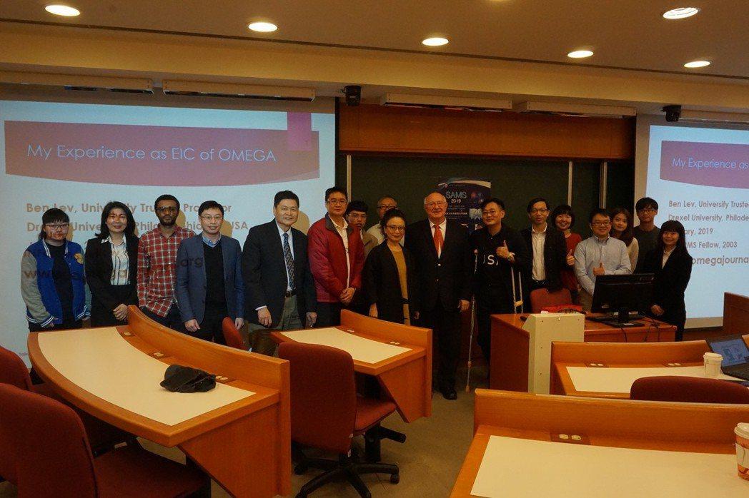 亞洲大學智慧分析與管理科學論壇合影。
