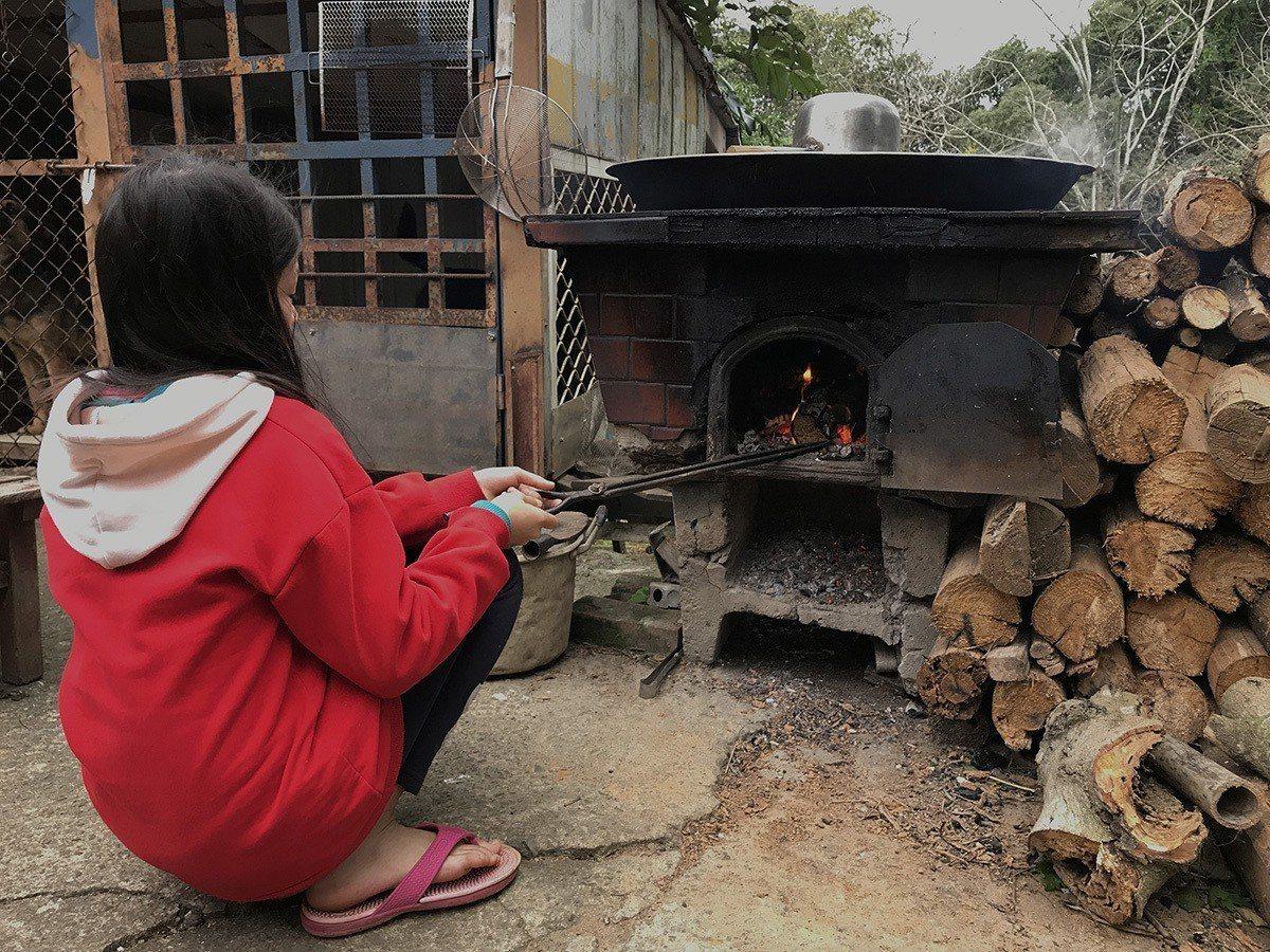 小五女童寒冬燒柴煮水洗澡,晚餐僅青菜果腹度日。 圖/中國信託慈善基金會 提供