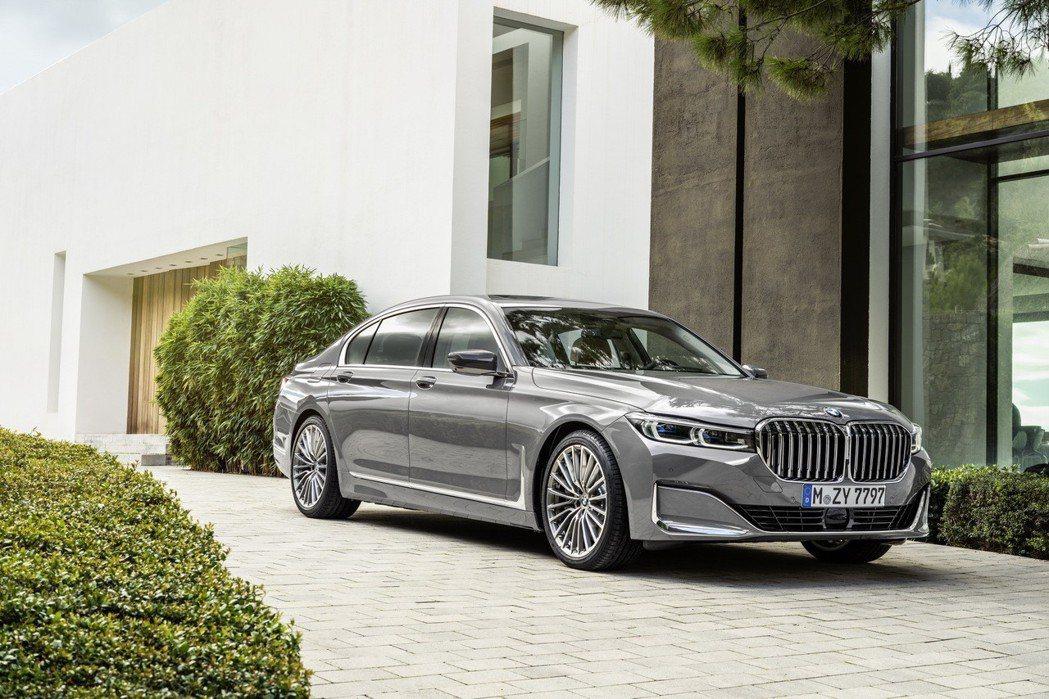 放大的雙腎型水箱護罩讓小改款BMW 7 Series看來更加氣勢磅礡。 摘自BM...