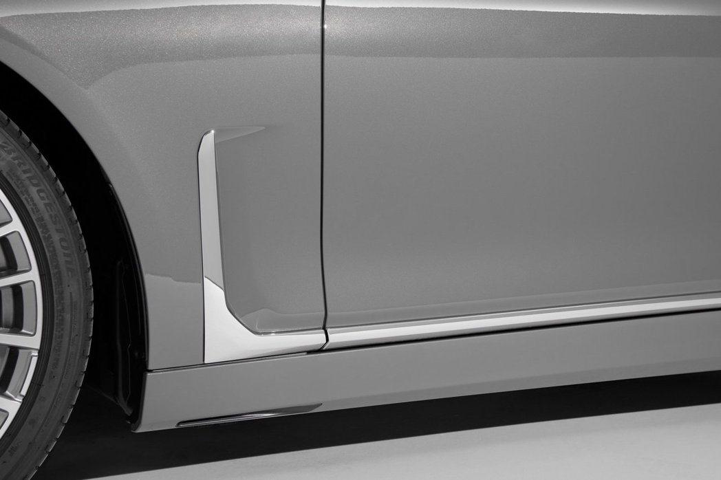 垂直設計的鍍鉻擾流鰭。 摘自BMW