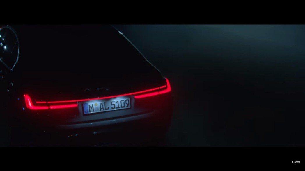 小改款BMW 7 Series新增一具一體成形式的尾燈。 截自BMW影片