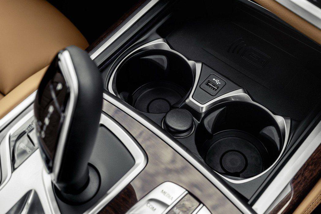 改置於中控台下方、杯架前方的無線充電板。 摘自BMW