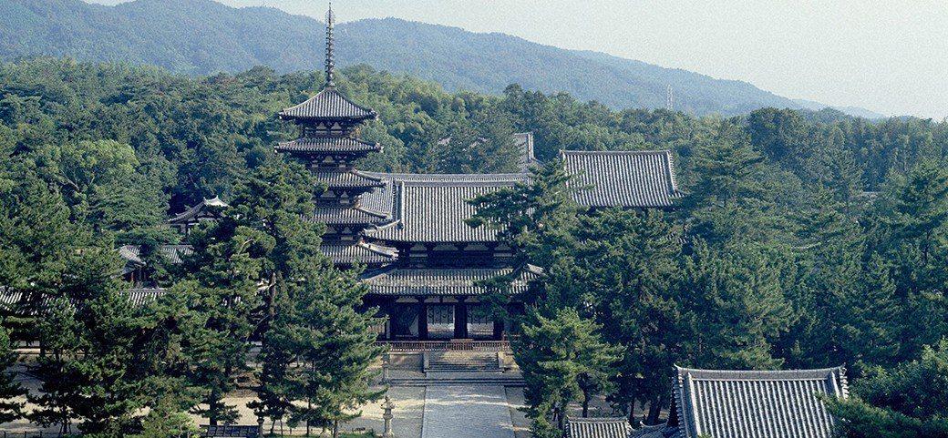 梅原猛認為在八百萬神的多神信仰下,日本擁有獨特的「怨靈畏怖思考」與「以和為貴」的...
