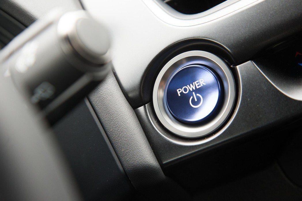 按下專屬油電車型的藍色引擎啟動鈕,依然不見引擎聲響及震動感,呈現相當寧靜的感受。...