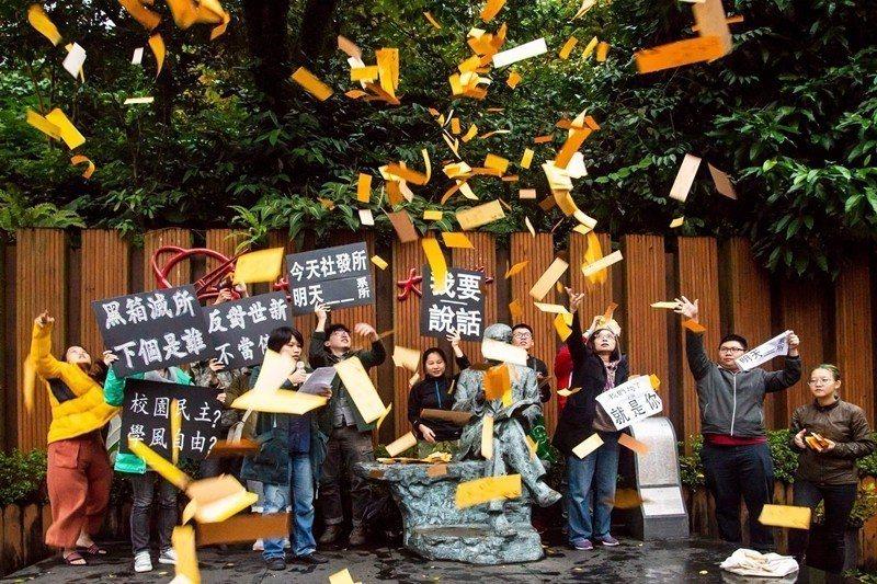 世新大學校日前強行通過社會發展所的停招案,引發了校內師生與社會各界的抗議聲浪。 ...