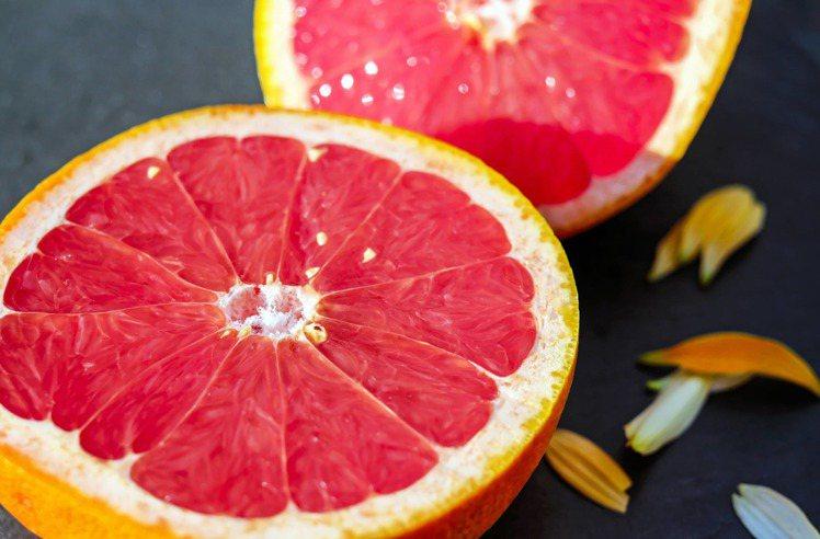 怕酸的人,可以加些蜂蜜讓葡萄柚更增添些風味。圖/摘自Pexels