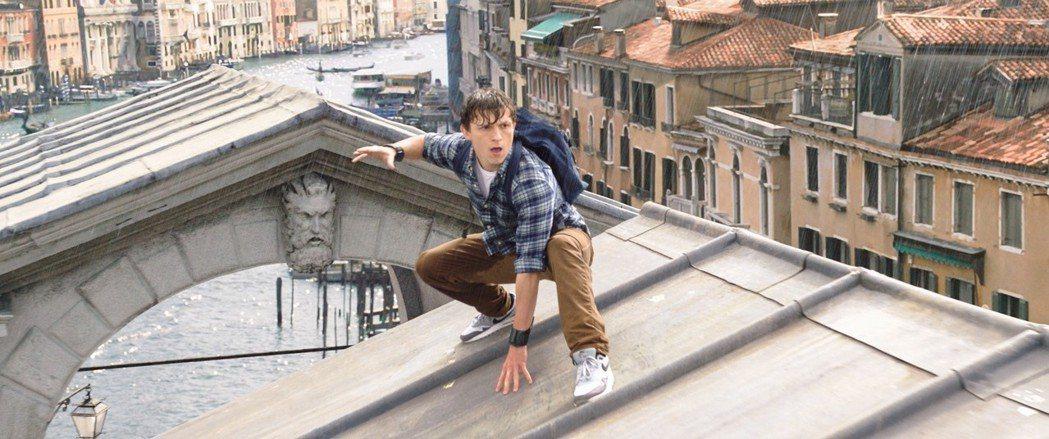 湯姆霍蘭德扮演的蜘蛛人,新續集中在水都威尼斯大戰怪物。圖/索尼提供