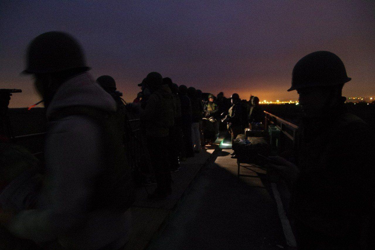 射擊現場天色未亮,遠處是西濱公路的路燈。記者程嘉文/攝影