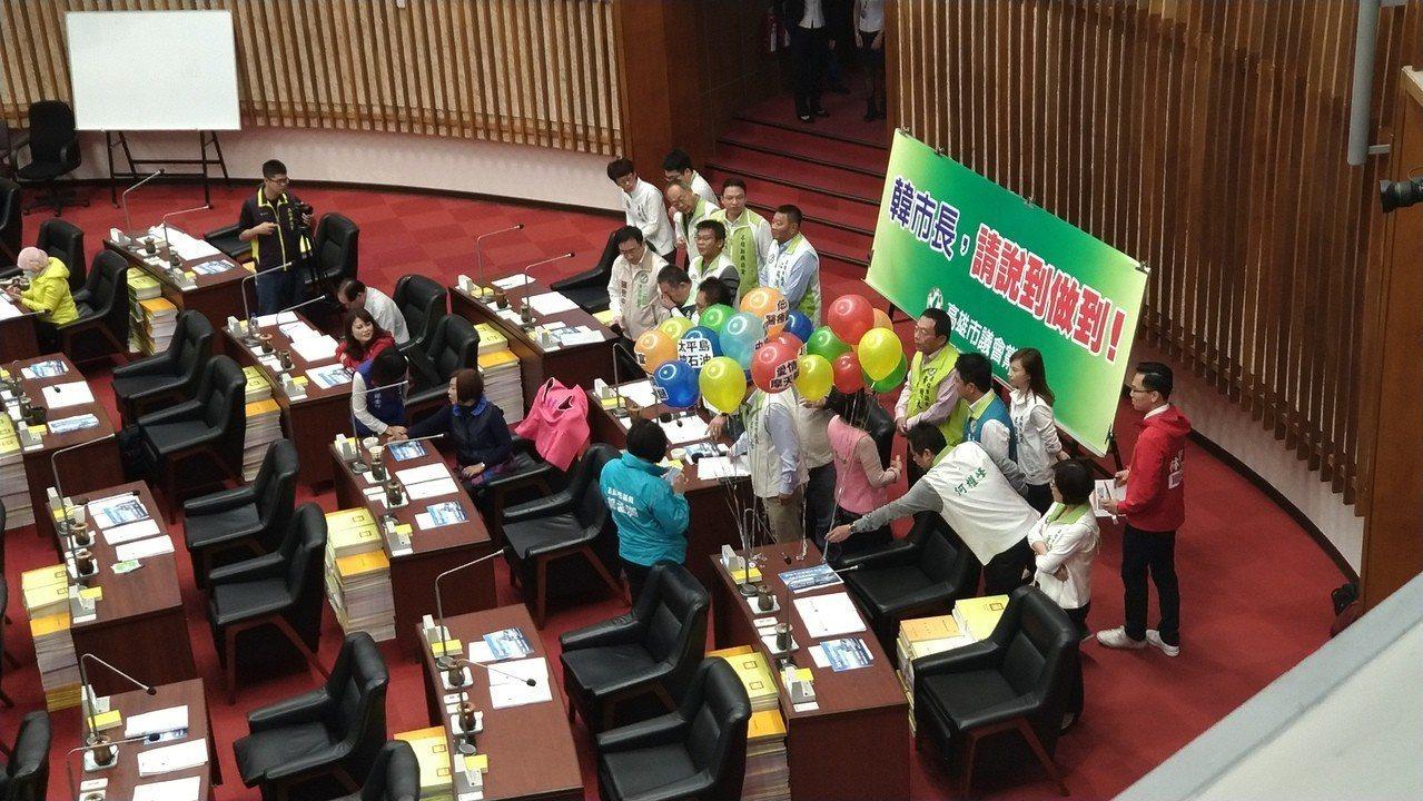 高市長韓國瑜今首度進議會備詢,民進黨團率先上場質詢。記者蔡孟妤/攝影