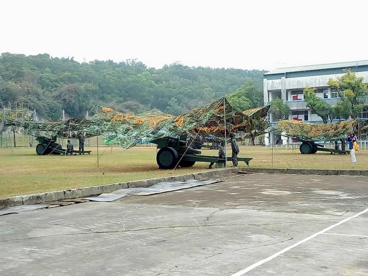 中科院研發充氣式的「偽火砲」與「假士兵」,今天在台中坪頂營區的陸軍戰力防護操演中...