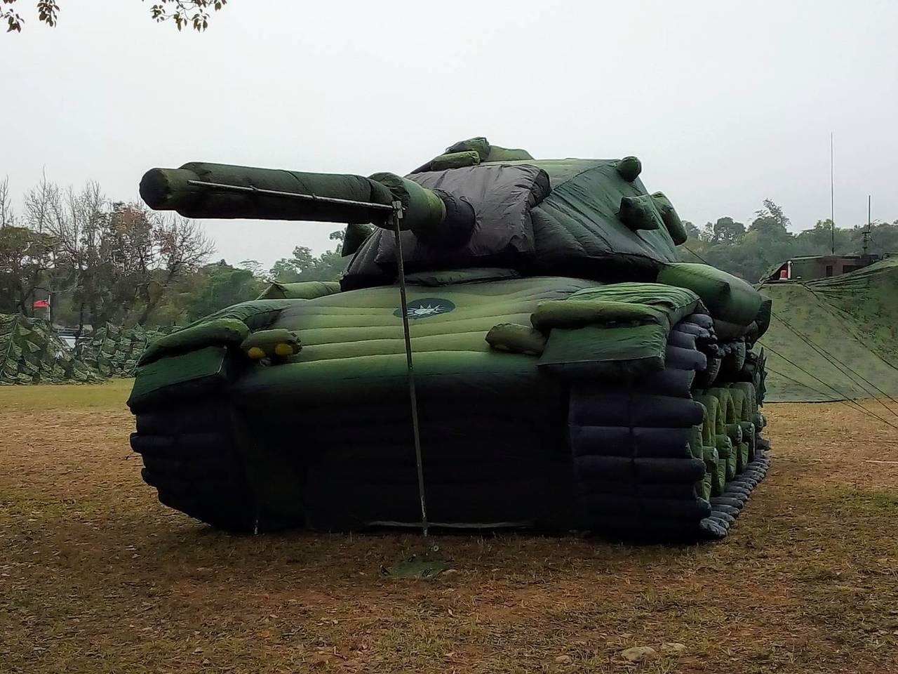 中科院研發充氣式的「偽戰車」、「偽火砲」與「假士兵」,今天在台中坪頂營區的陸軍戰...