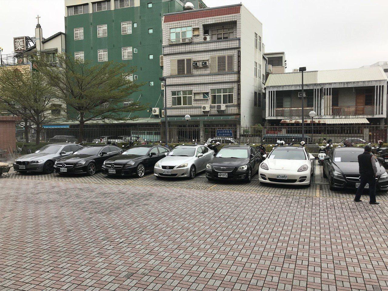 嘉義市警察局刑警大隊偵二隊今天破獲由7、8年級生組成的毒品集貨場,現場查扣的7輛...