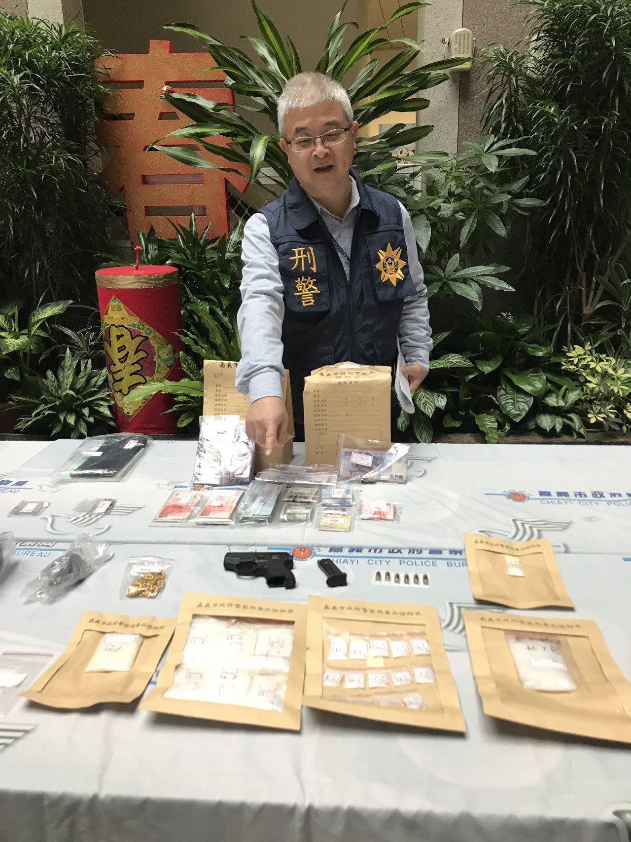 嘉義市警察局刑警大隊偵二隊今天破獲由7、8年級生組成的毒品集貨場,現場查扣販賣毒...