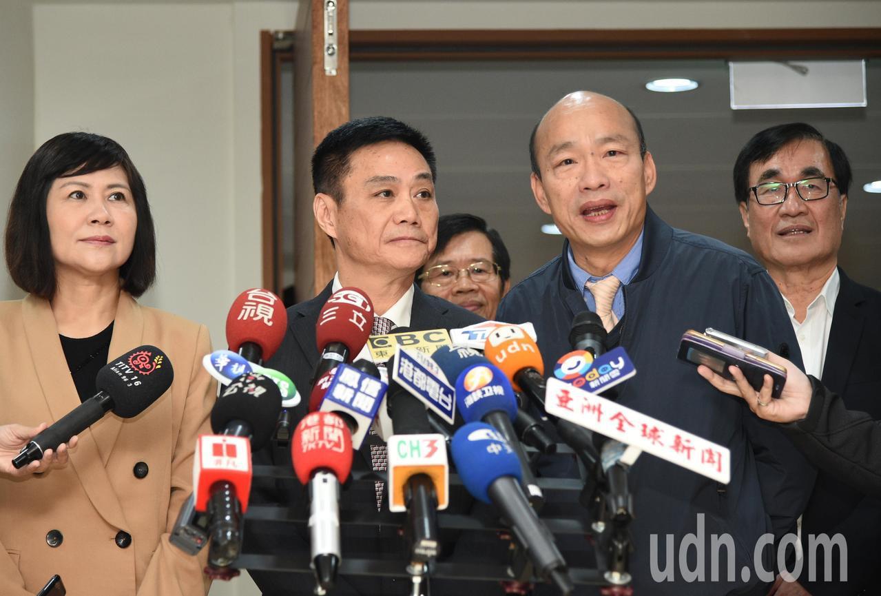 高雄市長韓國瑜(右二)今天上午首度進議會進行施政報告。記者劉學聖/攝影