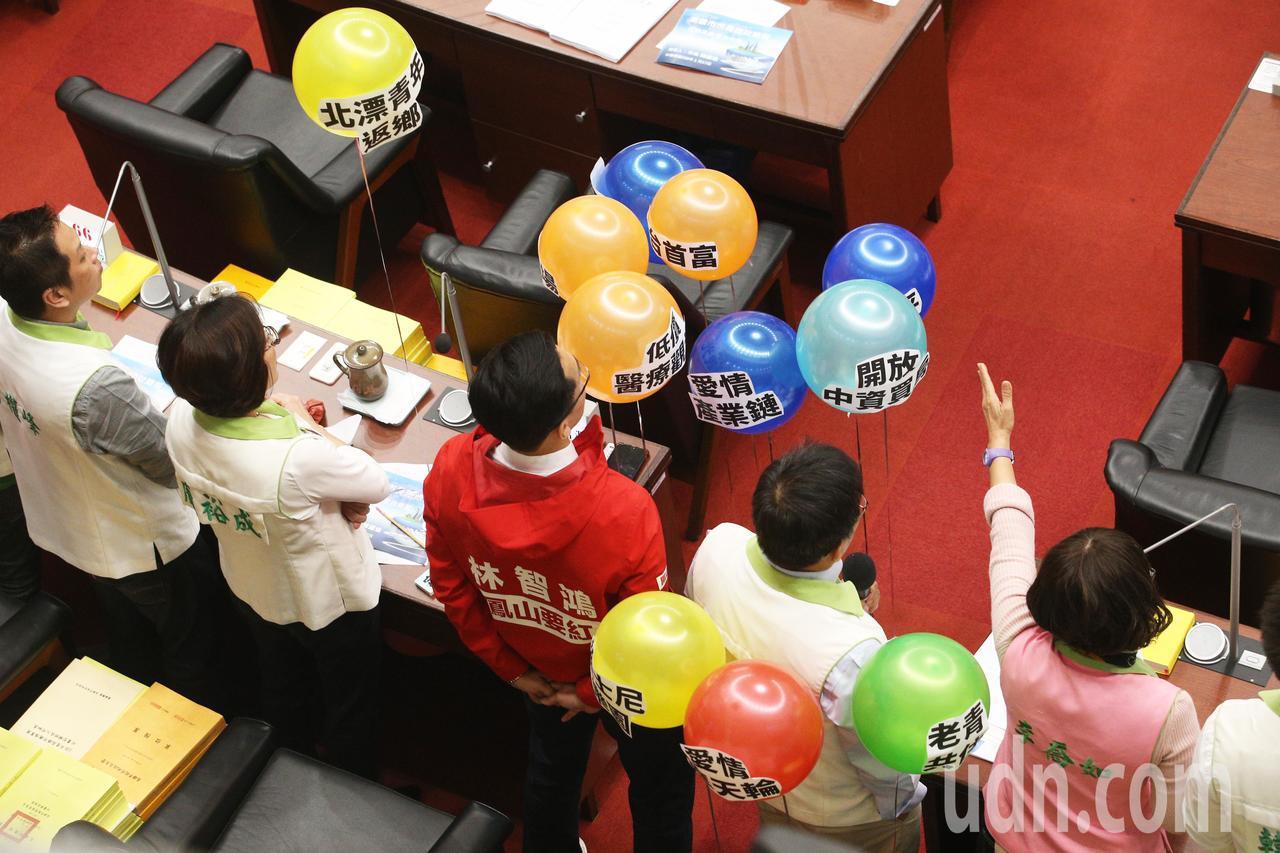 高雄市長韓國瑜今天上午首度進議會接受質詢,民進黨團把韓國瑜的政見做成氣球,並一一...