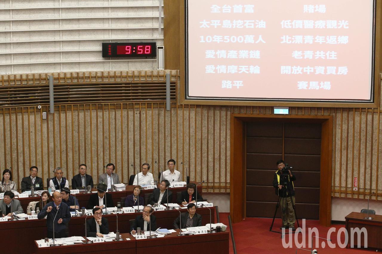 高雄市長韓國瑜今天上午首度進議會接受質詢,民進黨團把韓國瑜的政見秀出,要韓國瑜保...