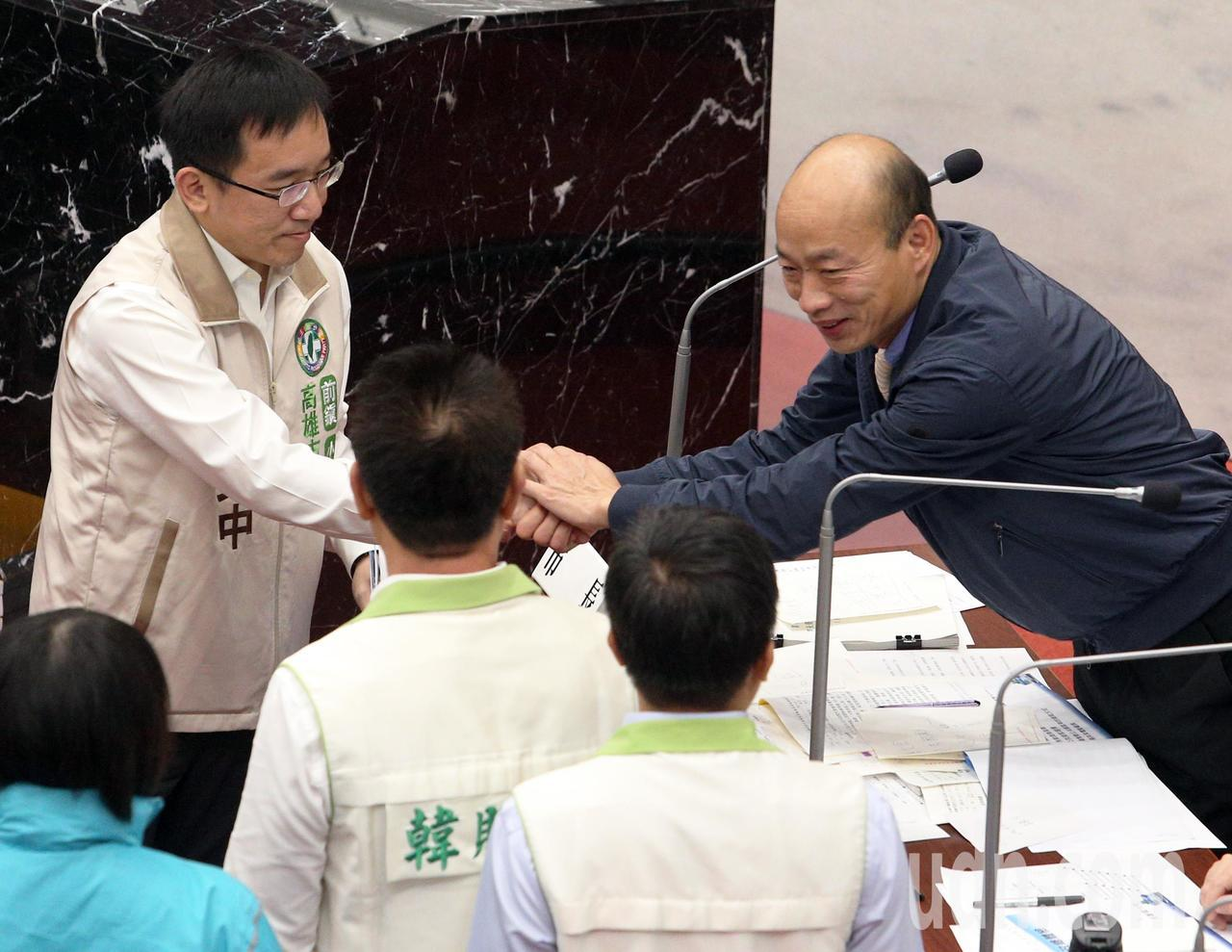 高雄市長韓國瑜(右)今天上午首度進議會接受質詢,並與民進黨議員陳致中(左)。記者...